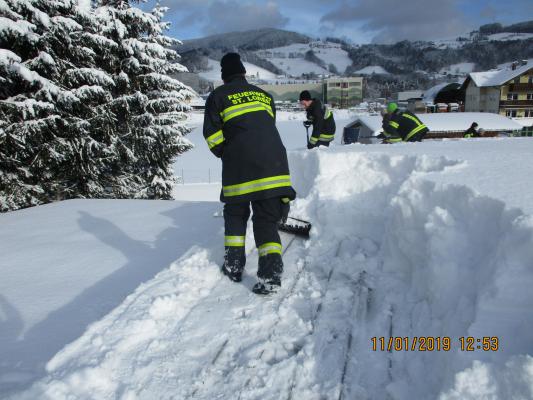 Abräumen Schneemassen von Dächern am 11.01.2019
